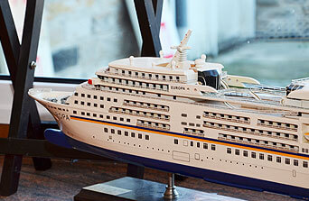 Deko-Schiff im Reisebuero