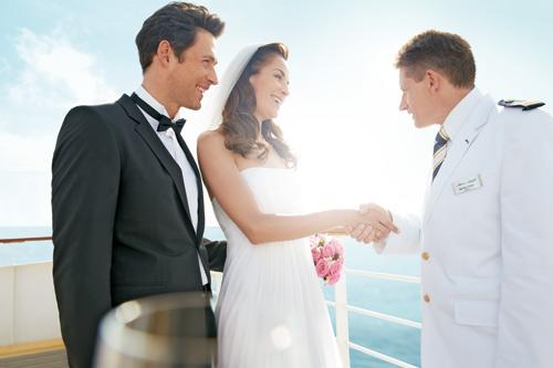 Brautpaar wird getraut auf See
